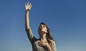 Lady Praying - How to Start a Prayer Ministry Online